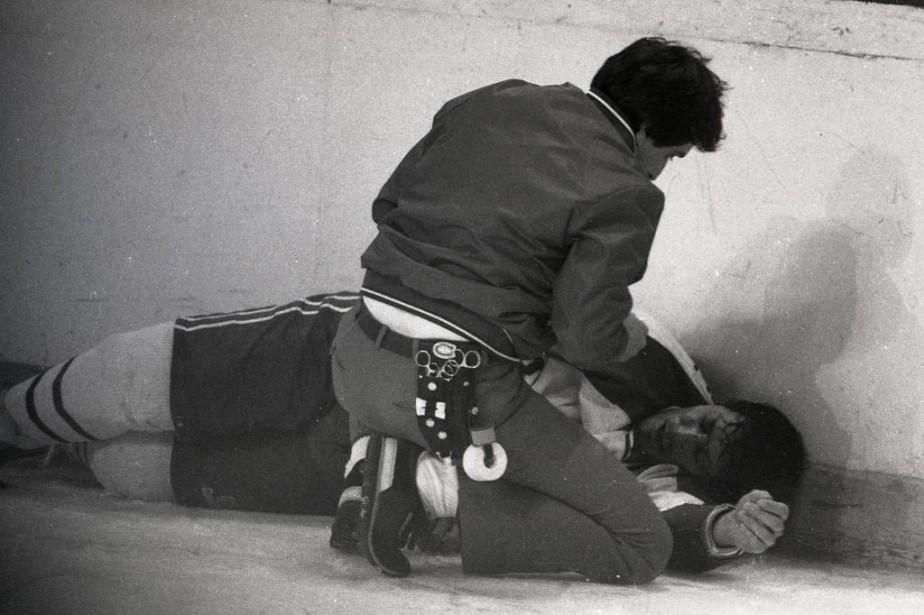 Jean Hamel est étendu sur la patinoire après... (Photo Bernard Brault, archives La Presse)