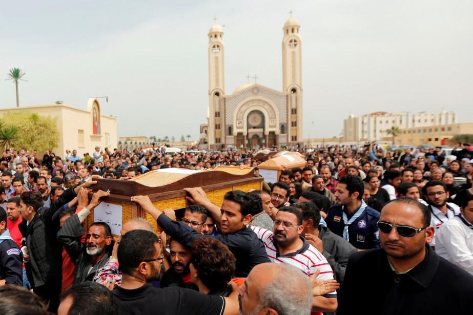 Les corps des victimes ont été placés dans... (PHOTO AMR ABDALLAH DALSH, REUTERS)