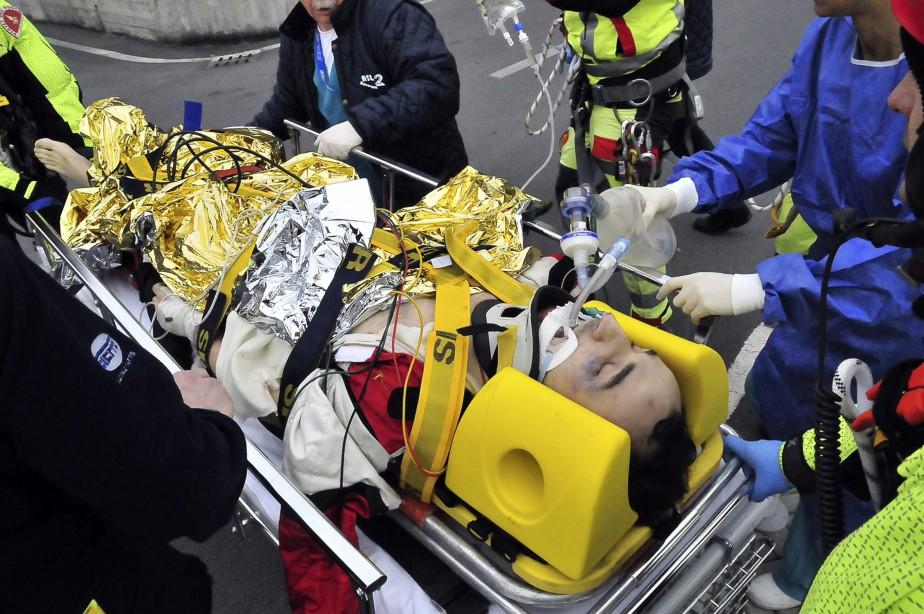 Les ambulanciers se préparent à porter la civière de Robert Kubica vers l'après son accident lors du rallye <em>Ronde di Andora</em> le 6 février 2011. (REUTERS)