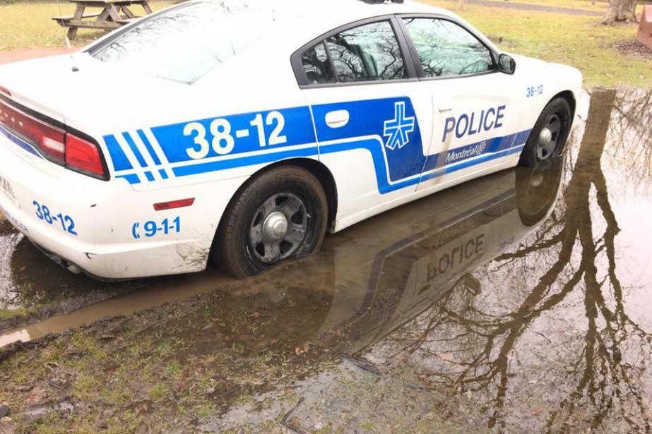 Les images d'une autopatrouille coincée dans la... (Photo tirée de Facebook)