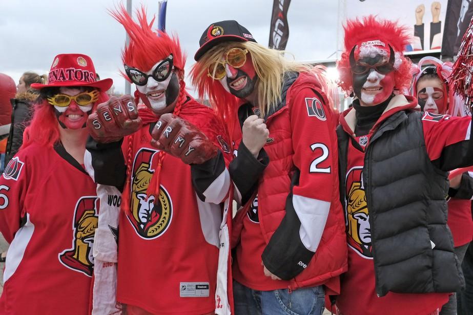 Le rouge était à l'honneur devant le Centre Canadian Tire. | 12 avril 2017