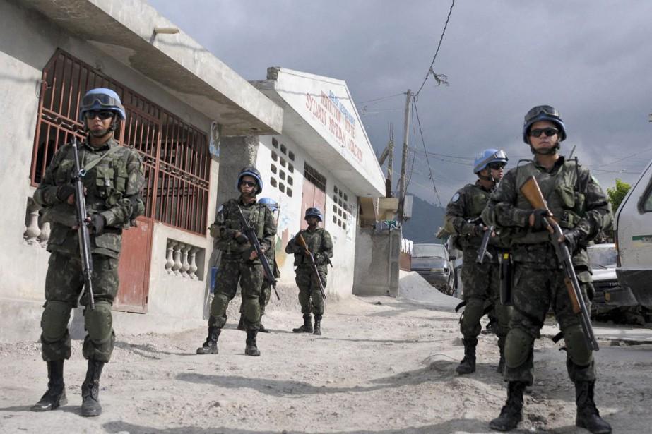 Une patrouille de Casques bleus brésiliens à Port-au-Prince.... (PHOTO ARCHIVES REUTERS)