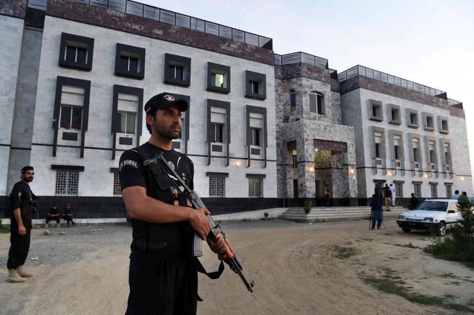Des policiers surveillent l'entrée del'université Abdul Wali Khan.... (PHOTO AFP)
