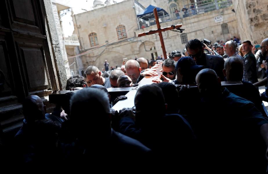 Des pèlerins transportent une croix dans l'Église du Saint Sépulcre,... | 2017-04-14 00:00:00.000