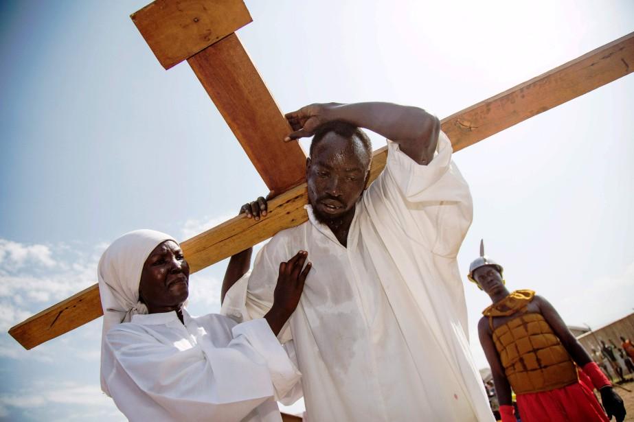 Des comédiens incarnent Jésus Christ, ainsi que la vierge Marie, et recréent la procession du Vendredi saint à Djouba, au Soudan du Sud. | 14 avril 2017