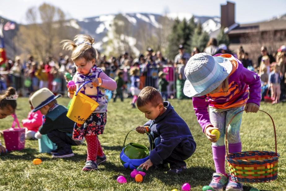 Des enfants à la recherche d'oeufs de Pâques à Avon, au Colorado. | 15 avril 2017