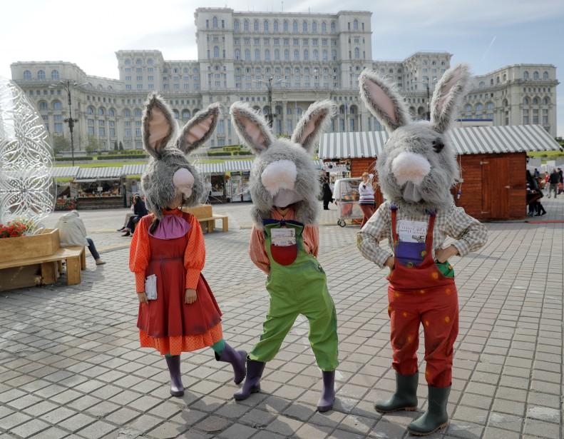 Des amuseurs publics participant à une foire à Bucharest, en Roumanie... | 15 avril 2017