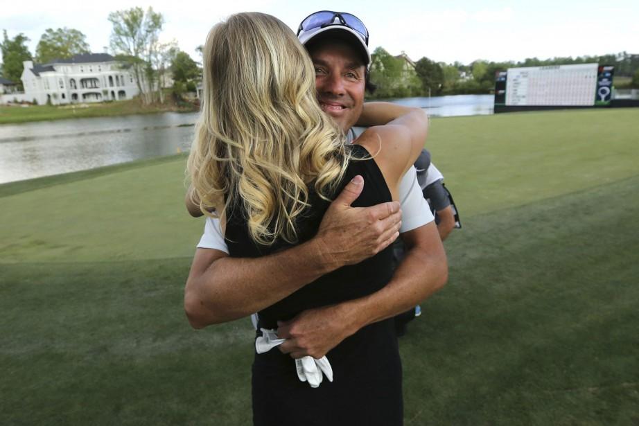 Le Canadien Stephen Ames reçoit les félicitations de... (Photo Curtis Compton, AP)