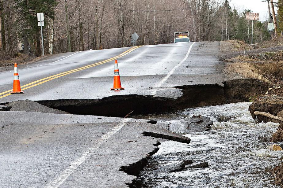 La route 341 est complètement fermée entre larue Queen et la route125 depuis les petites heures du matin, selon Québec511. (PATRICK SANFAÇON, LA PRESSE)