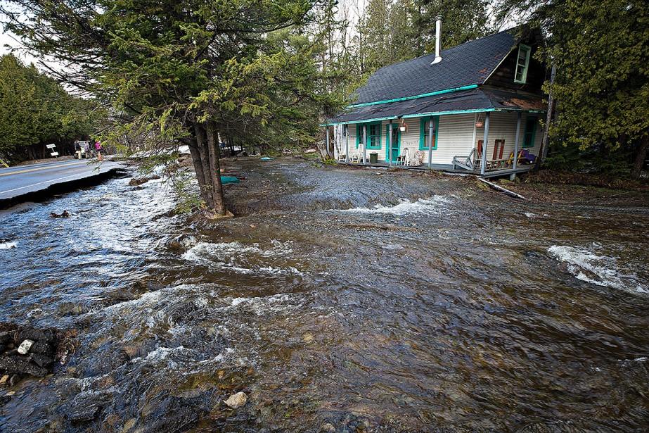 L'eau cerne cette maison en bordure de la route 341. (PATRICK SANFAÇON, LA PRESSE)