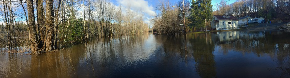 Ici, sur la rue Saint-Patrick à Rawdon, dans Lanaudière, c'est la rivière Ouareau qui est sortie de son lit. | 17 avril 2017