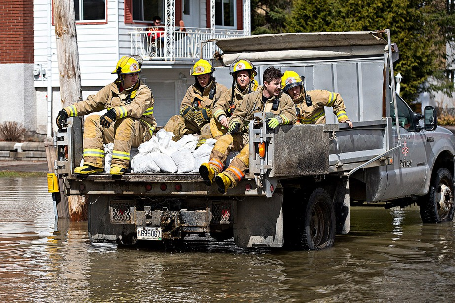 Des pompiers interviennent à Prévost pour évacuer des victimes des inondations. (PATRICK SANFAÇON, LA PRESSE)