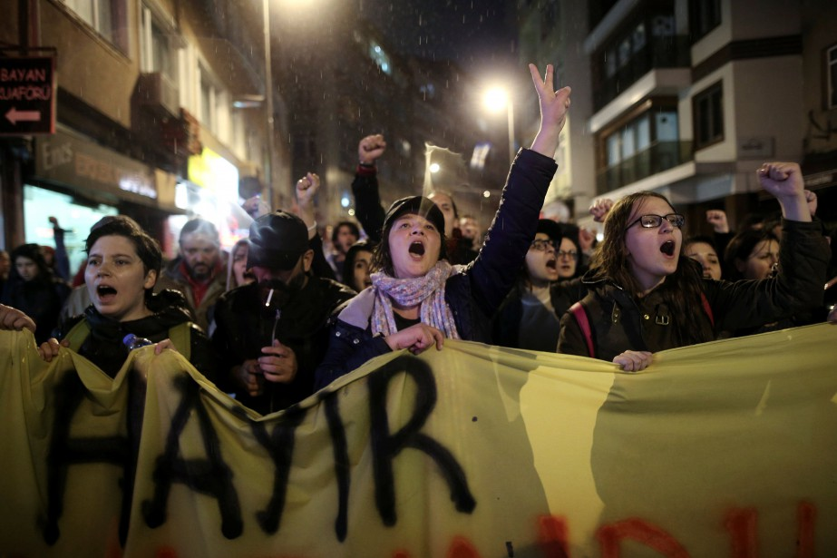 Des milliers de personnes se dirigent vers le... (Photo Alkis Konstantinidis, REUTERS)