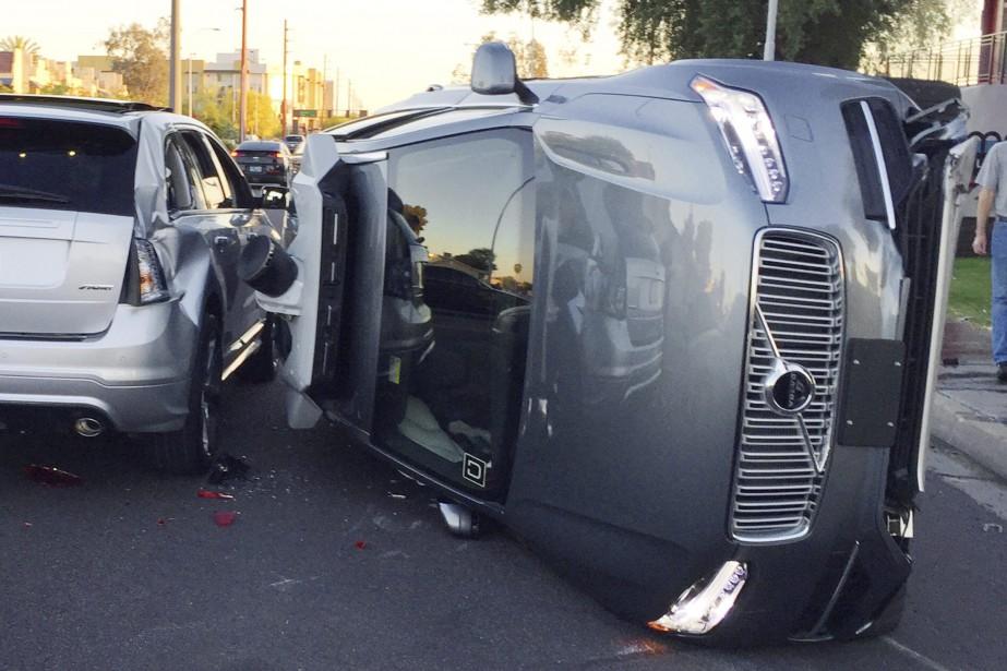 Cette photo du 24 mars 2017 fournie par la police de Tempe, en Arizona montre une Volvo autonome qui s'est renversée après une collision. (photo AP)