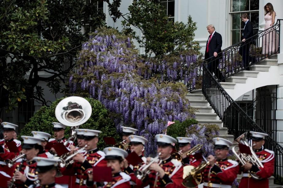 Le président américain Donald Trump, Barron Trump et la Première Dame des États-Unis, Melanie Trump, se rendent à la «Easter Egg Roll» sur la pelouse sud de la Maison-Blanche à Washington DC. | 17 avril 2017