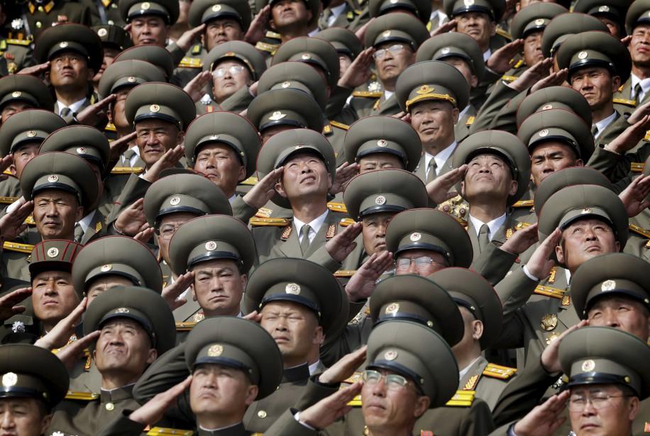 Les soldats saluent alors que leur hymne national se joue lors d'un défilé militaire pour célébrer le 105e anniversaire de naissance de Kim Il Sung, à Pyongyang, en Corée du Nord. | 17 avril 2017