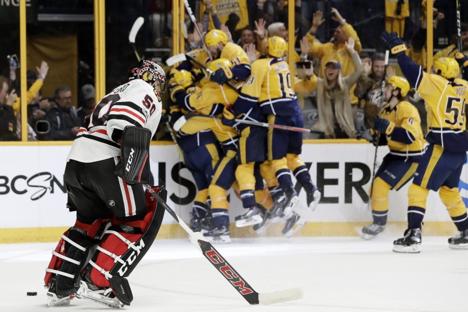 Le gardien des Blackhawks Corey Crawford retourne au... (Photo Mark Humphrey, AP)