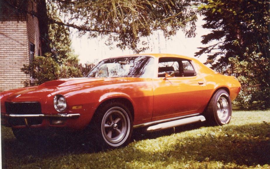 <strong>La voiture qui a marqué son enfance</strong> «La Camaro orange brûlé de mon père. On l'entendait arriver de l'autre bout de la ville.» ()