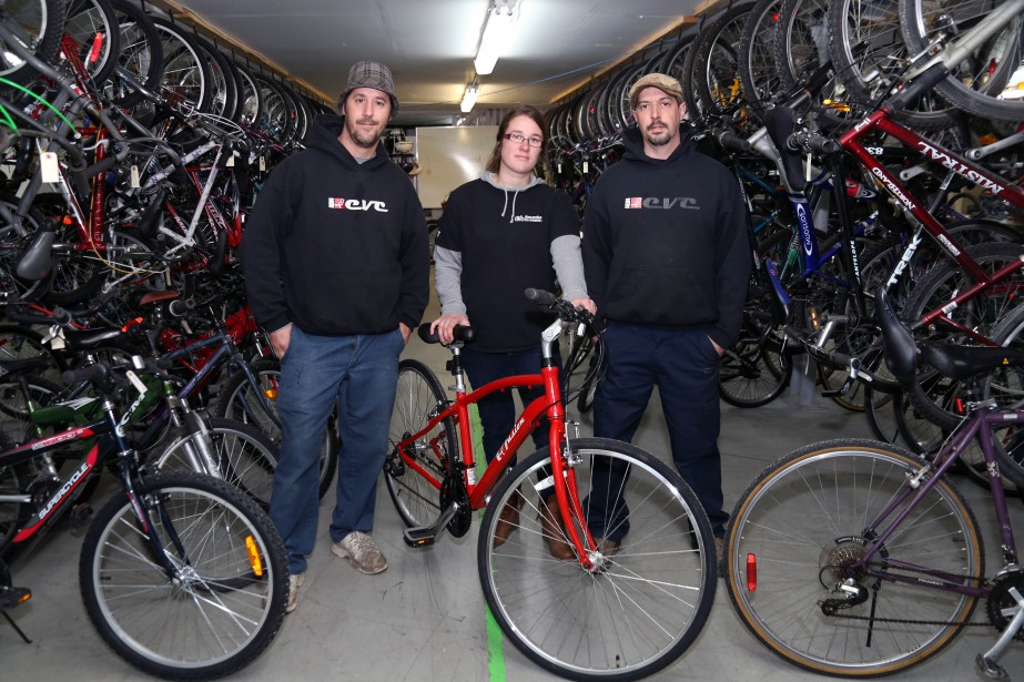 Simon Robert, Marie-Danielle Voyer et Michel Joly ont donné le coup d'envoi de la 10e saison du projetÉcolo-Vélo du Coeur. Au nombre des nouveautés: la vente de vélos neufs et électriques. | 18 avril 2017
