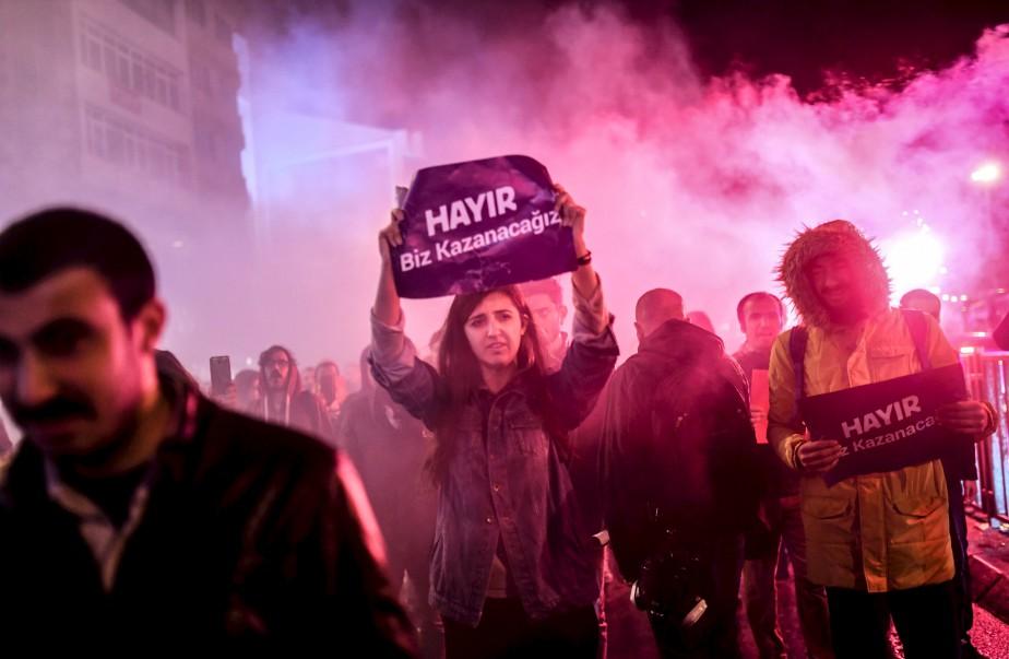 Les partisans du «Non» lors d'un rassemblement dans le district de Kadikoy à Istanbul pour protester à la suite des résultats d'un référendum national qui déterminera le destin futur de la Turquie. | 18 avril 2017