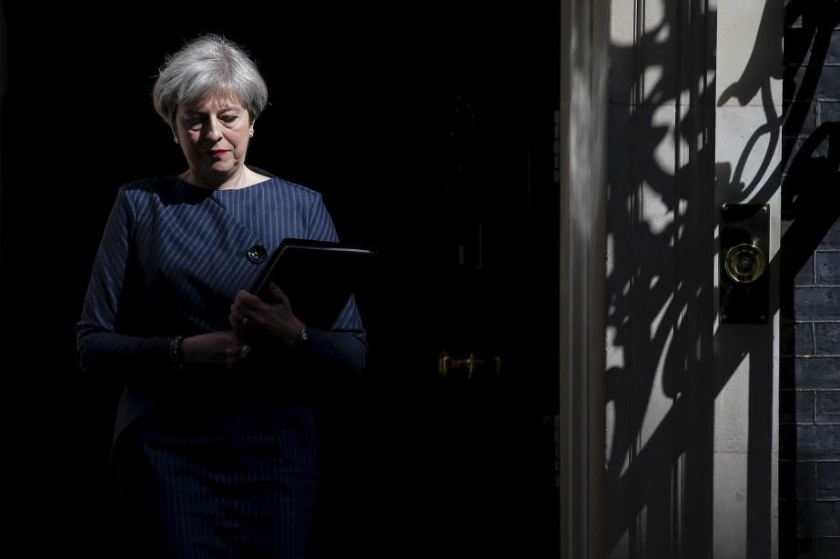 La première ministre britannique, Theresa May, sort du 10 Downing Street pour parler aux médias du centre de Londres. | 18 avril 2017