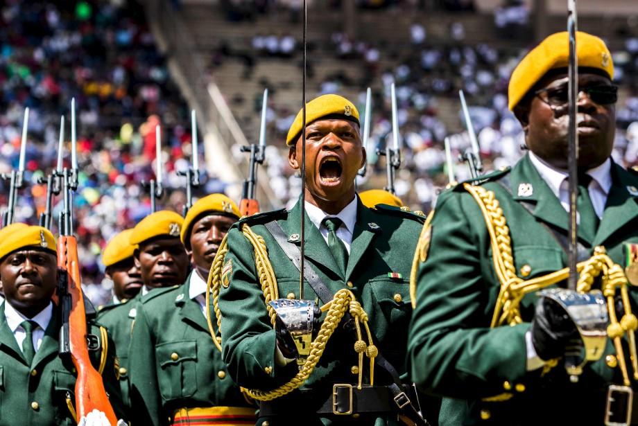 Le «défilé de l'honneur» lors des célébrations de la 37e fête de l'indépendance au stade national des sports à Harare, auZimbabwe. | 18 avril 2017