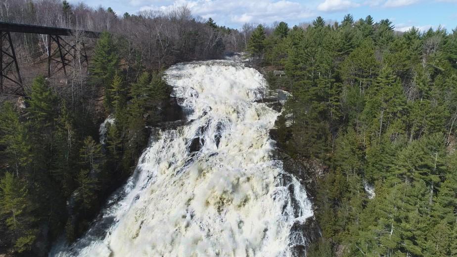 Les chutes de Sainte-Ursule présentent un fort débit d'eau ce printemps. (Stéphane Lessard, Le Nouvelliste)
