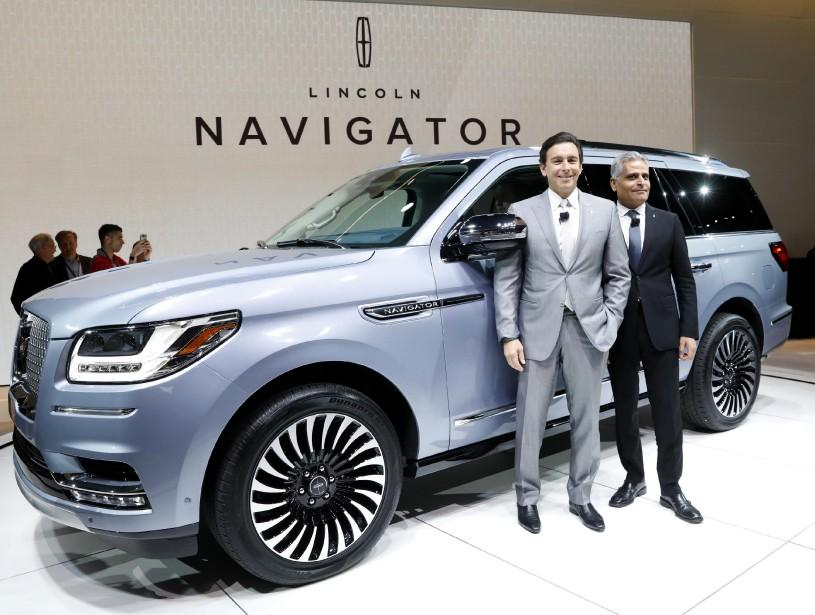 Le grand patron de Ford, Mark Fields (à g.) et le président de Lincoln, Kumar Galhotra, posent devant le Lincoln Navigator 2018 au Salon de l'auto de New York le 12 avril. (REUTERS)
