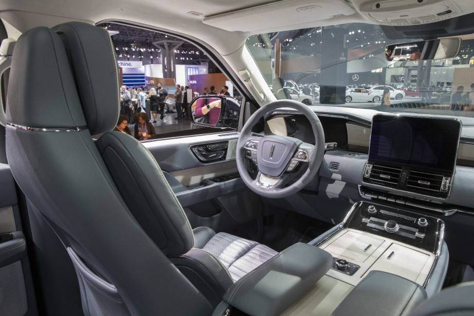 The interior of the 2018 Lincoln Navigator is photographed while on display at the New York International Auto Show, at the Jacob Javits Center in New York, Wednesday, April 12, 2017. (AP Photo/Mary Altaffer) | 19 avril 2017