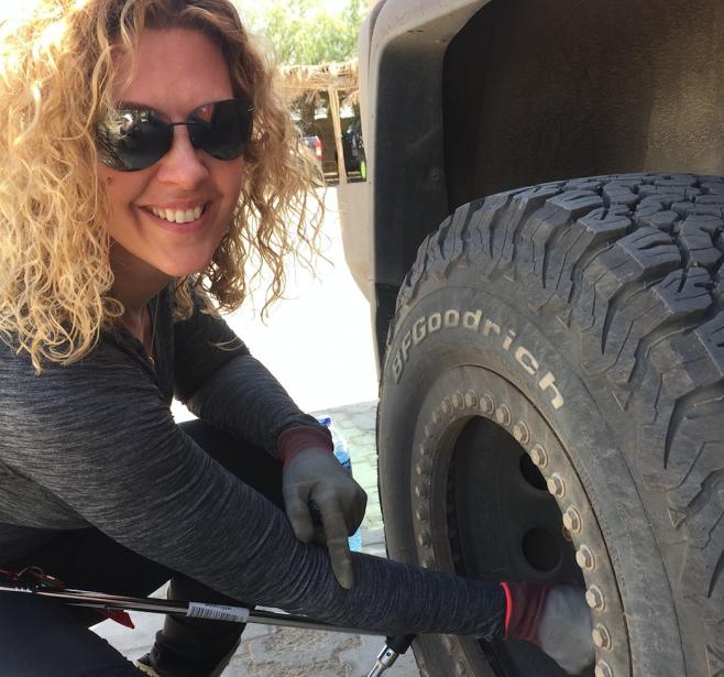 Dans le désert, il faut savoir tout faire soi-même pour garder la machine en état de marche. | 19 avril 2017