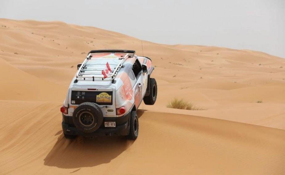 Durant une des étapes dans les dunes, Stéphanie Pérusse et Céline Véga-Roïatti ont dû pelleter huit fois dans la même journée. ()