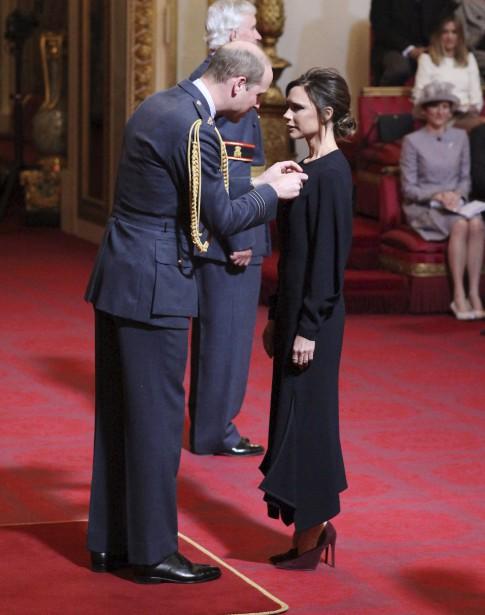 La designer Victoria Beckham a été décorée mercredi des insignes... | 2017-04-19 00:00:00.000