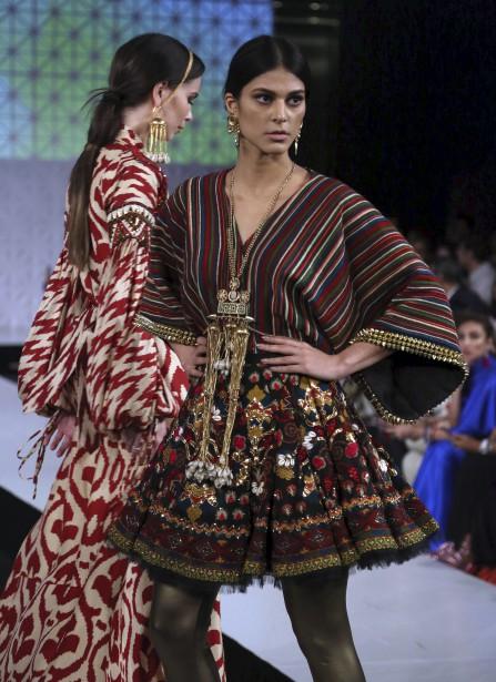 Des créations de Khaadi Khaas présentées à la Fashion Week organisée par la Pakistan Fashion Design Council à Lahore, au Pakistan. | 19 avril 2017