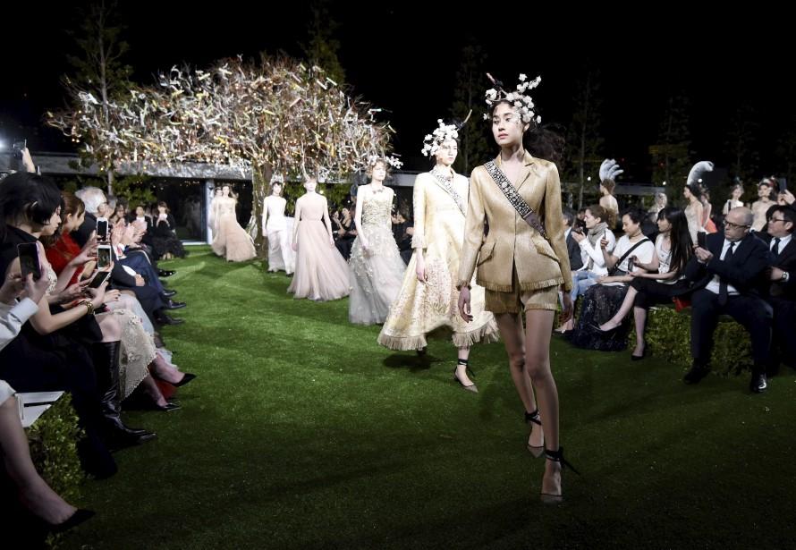 Des mannequins portant des créations de Christian Dior défilent à Tokyo afin de célébrer l'ouverture de la nouvelle boutique Dior dans le quartier chic de Ginza. | 19 avril 2017