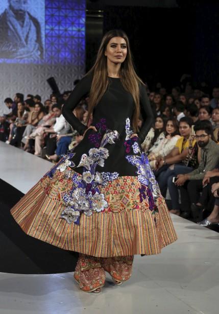 Une création du designer Ali Xeeshan présentée à la Fashion Week organisée par la Pakistan Fashion Design Council à Lahore, au Pakistan. | 19 avril 2017