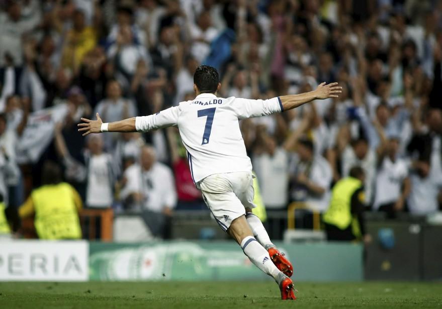 Ronaldo célèbre l'un de ses trois buts qui ont permis au Real Madrid de se qualfier en vue de la ronde demi-finale de la Ligue des champions.   19 avril 2017