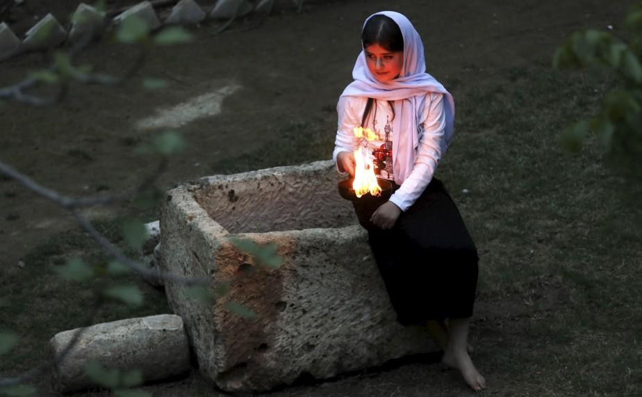 Une irakienne éclairent des bougies et des torches de paraffines à l'extérieur du temple Lalish situé dans une vallée au nord-ouest de Bagdad, lors d'une cérémonie pour célébrer le Nouvel An Yazidi.   19 avril 2017