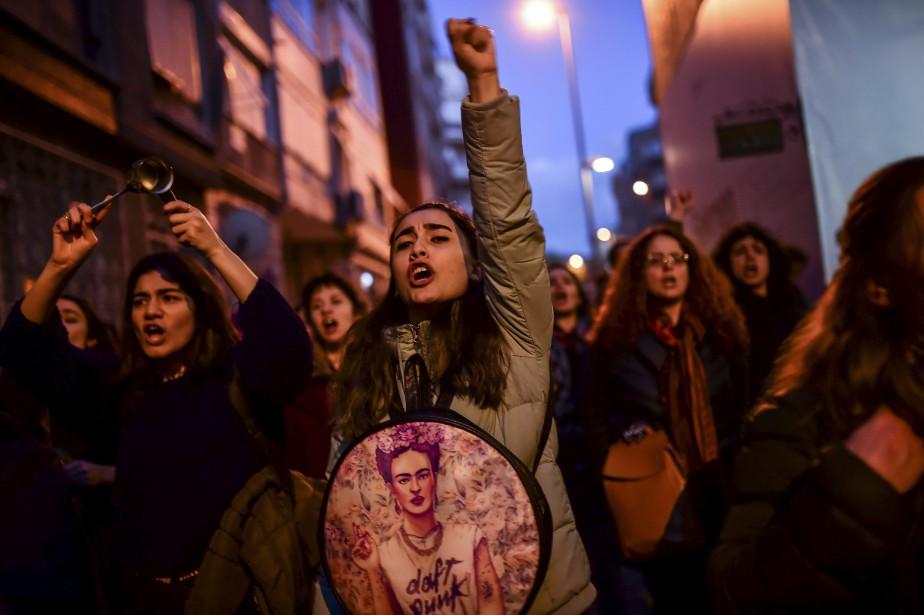 Les partisans de la marche «Non» présentent leur pétition contre un référendum qui a approuvé des changements constitutionnels radicaux renforçant les pouvoirs du président Recep Tayyip àIstanbul, en Turquie.   19 avril 2017