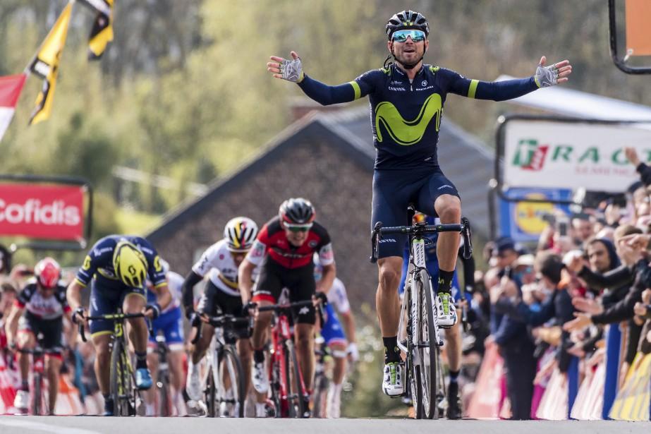 L'Espagnol Alejandro Valverde de l'équipe Movistar est heureux de franchir la ligne d'arrivée et gagner la course de vélo de la flèche wallonne à Huy, en Belgique.   19 avril 2017