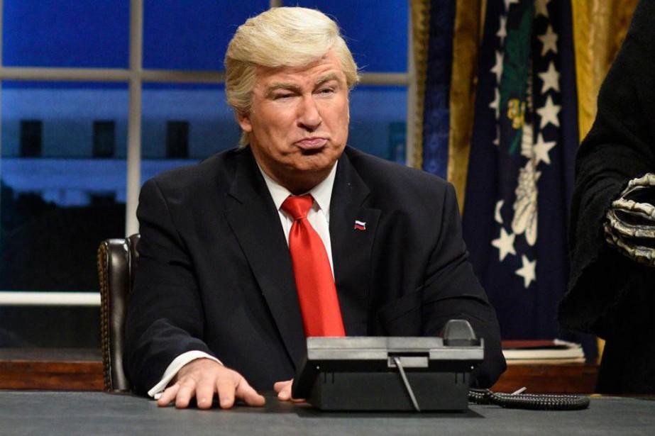 Alec Baldwin personnifiant le président Donald Trump sur... (Archives AP, Will Heath)