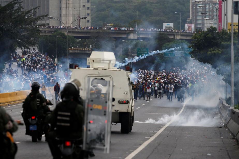 Un camion de la garde nationale, un corps... (PHOTO Carlos Garcia Rawlins, REUTERS)