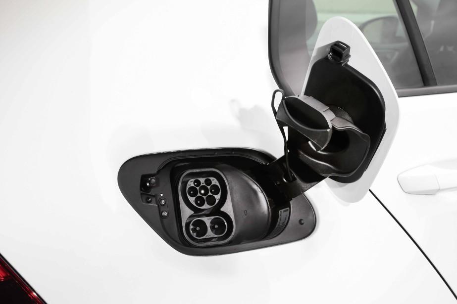 Les mauvaises langues ne manqueront pas de faire un lien entre le scandale des véhicules diesels truqués et l'arrivée d'une Golf entièrement électrique au Canada. Volkswagen veut se racheter, bien sûr, mais la version électrique de la populaire compacte existait bien avant que n'éclate cette triste affaire. ()