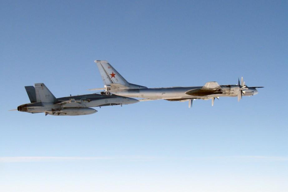 Un chasseur canadien CF-18 Hornet escorte un bombardier... (PHOTO ARCHIVES LA PRESSE CANADIENNE, DÉFENSE NATIONALE)