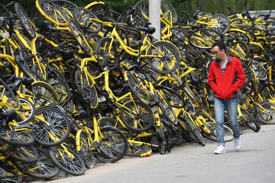 Des vélos en libre-service sont empilés devant l'atelier... (Photo REUTERS)