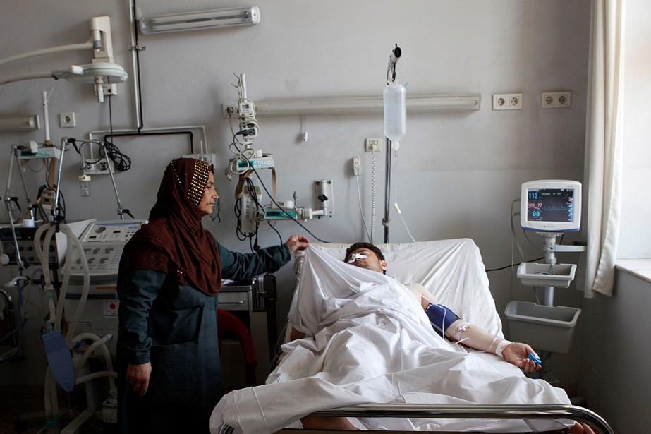 Un soldat blessé reçoit des soins dans un... (Photo Anil Usyan, REUTERS)