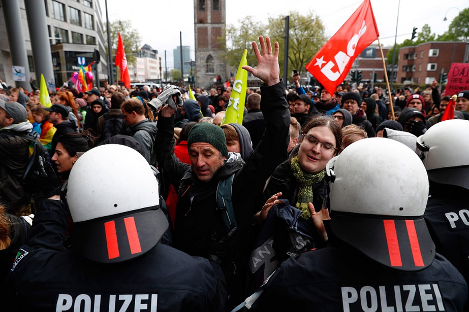 Des policiers repoussent des manifestants qui tentent d'entrer... (PHOTO Odd ANDERSEN, AGENCE FRANCE-PRESSE)