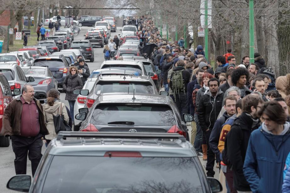 Des centaines de citoyens français ont attendu très... (Photo Dario Ayala, REUTERS)