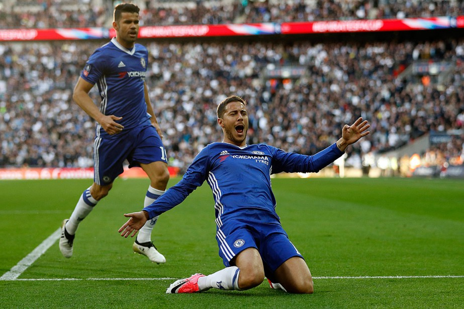 Eden Hazard s'est offert une glissade pour célébrer... (Photo Peter Nicholls, REUTERS)