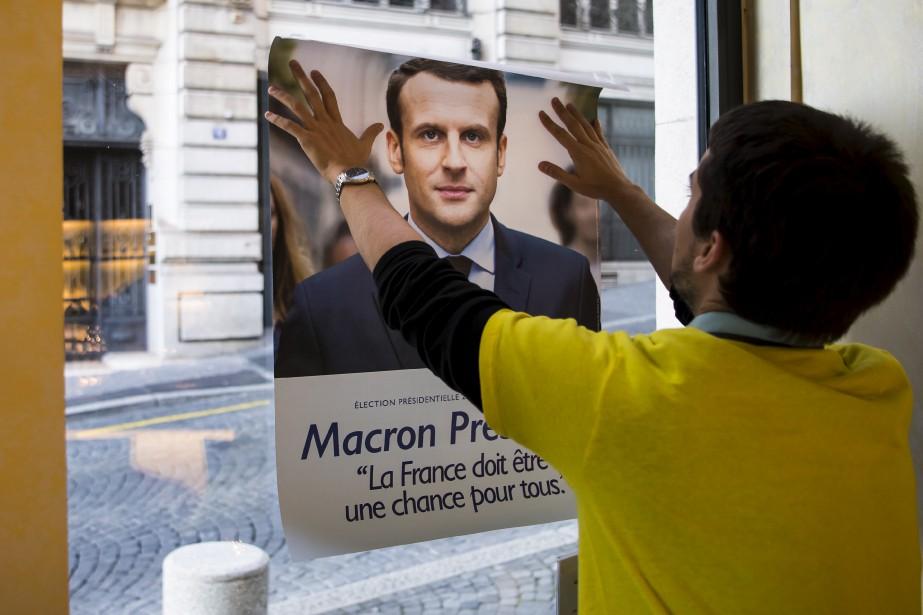 Un Français vivant en Suisse a affiché son candidat favori, Emmanuel Macron, le jour du vote, à Lausanne, en Suisse. La participation au premier tour a été très forte autant en France que chez les expatriés. (AP, Jean-Christophe Bott)