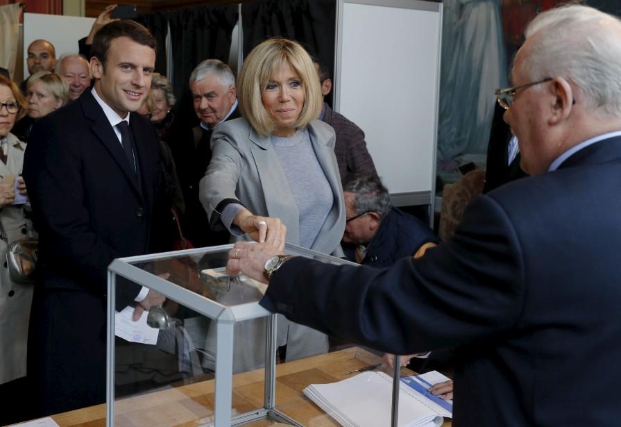 Le candidat Emmanuel Macron a deposé son bulletin de vote avec sa femme, Brigitte Trogneux, à Le Touquet, au nord de la France. (AFP, Philippe Wojazer)